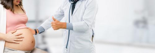 kobieta-w-ciazy-i-lekarz-ginekolog-w-szpitalu_31965-1210